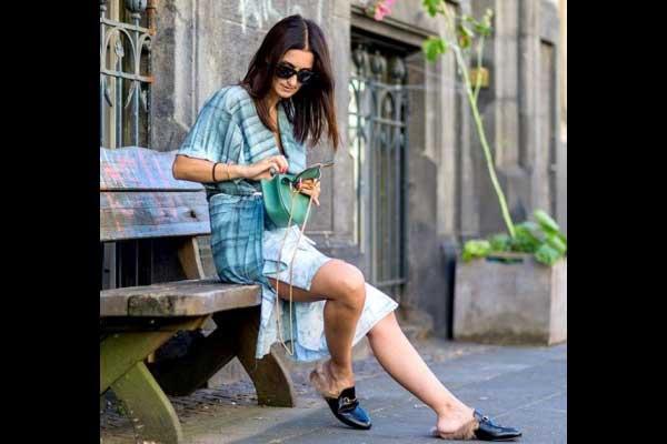 أحذية اللوفر المفتوحة من الخلف والمزينة بالفرو